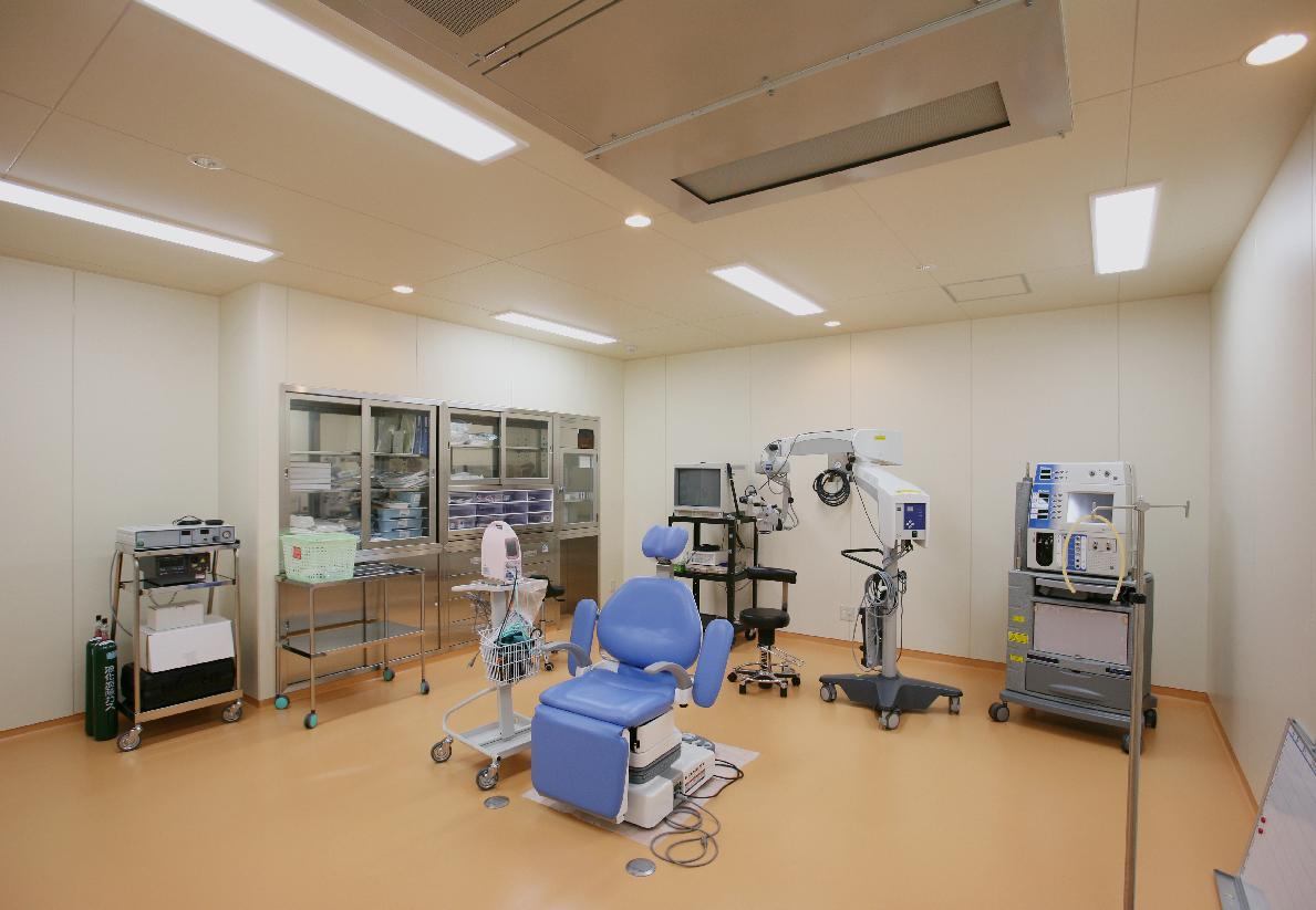 最先端の医療機器を揃え、短時間で安全性の高い治療を行います。